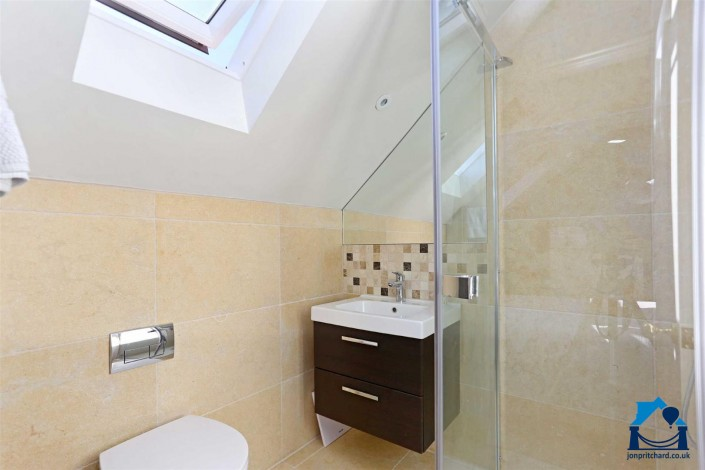 A small but chic loft conversion en-suite